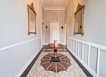 Mi0217 location elegante classica parquet marmo pregio boiserie luminoso ampio soggiorno sala da pranzo cucina video shooting milano centro concilianzione nonsololoft